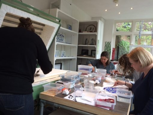 Vier dames volgen workshop glasfusing bij By Vic in Vught