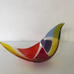 Vogel van glas in rood paars geel blauw