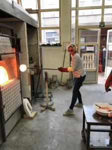 By Vic glaskunst studeert aan IKA en leert glas gieten
